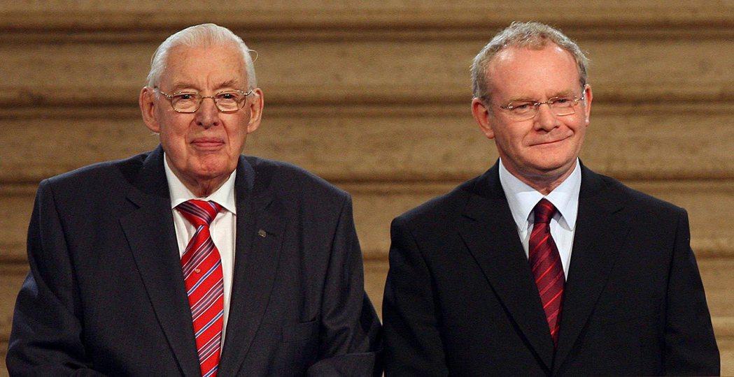 《基督受難日協定》確立了北愛兩大群體的「權力分享原則」——DUP的黨魁裴斯萊(左...
