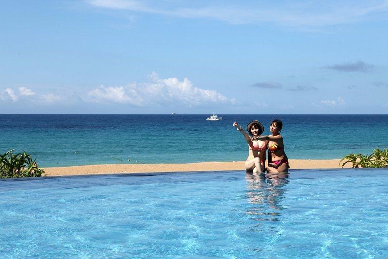 無邊際泳池和前方的沙灘與大海連成一體