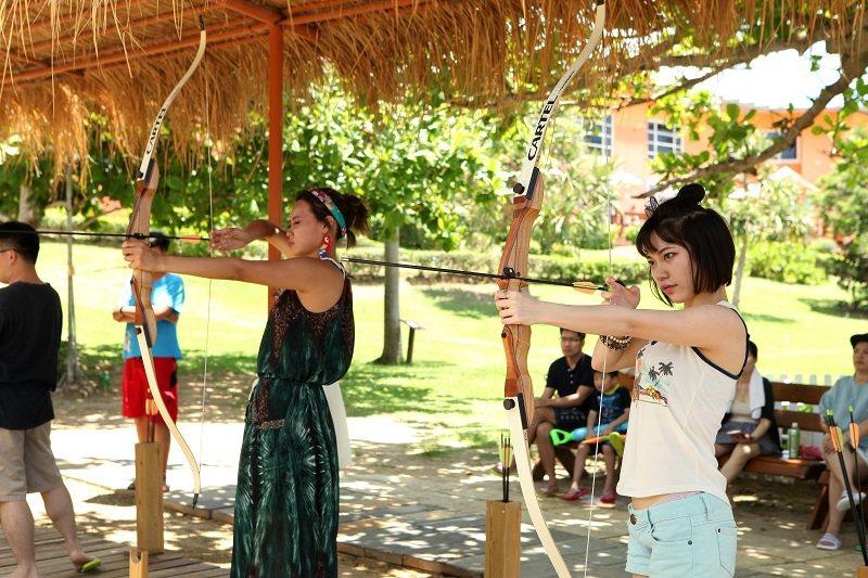 在樹蔭下進行狩獵弓射擊教學
