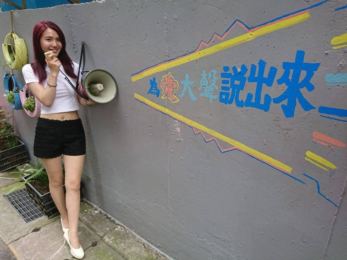 新莊區民有里長賴正源號召里民和志工一起裝飾牆面,讓原本平淡的牆面化身文青風地景,...