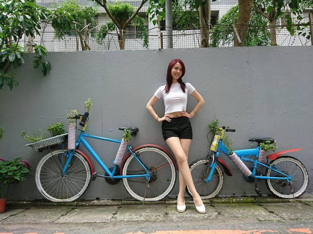 新莊區民有里長賴正源號召里民和志工一起裝飾牆面,利用廢棄腳踏車讓原本平淡的牆面化...