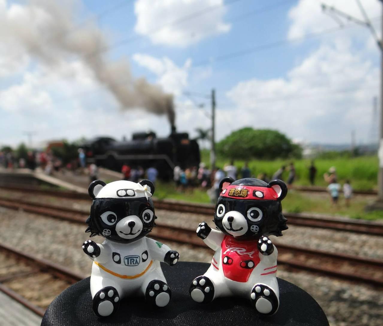 DT668蒸汽火車本月11日在西部幹線亮相,鐵道迷爭拍。照片提供/台鐵局