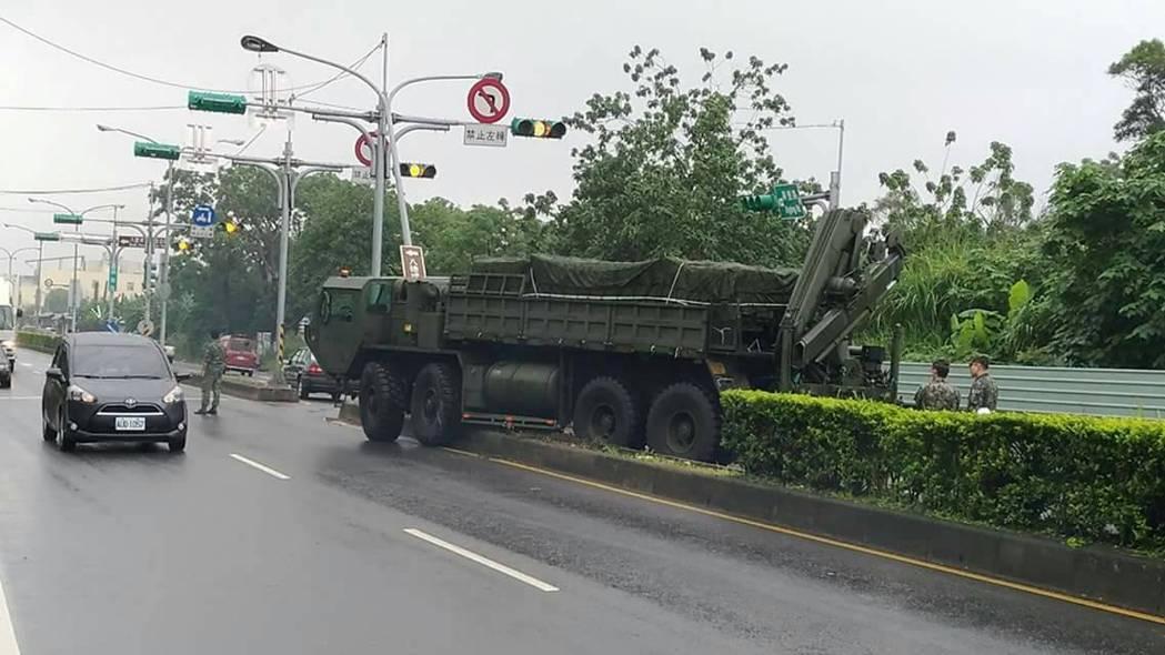 桃園市八德區興豐路今早一輛軍車失控開上分隔島。記者許政榆/翻攝