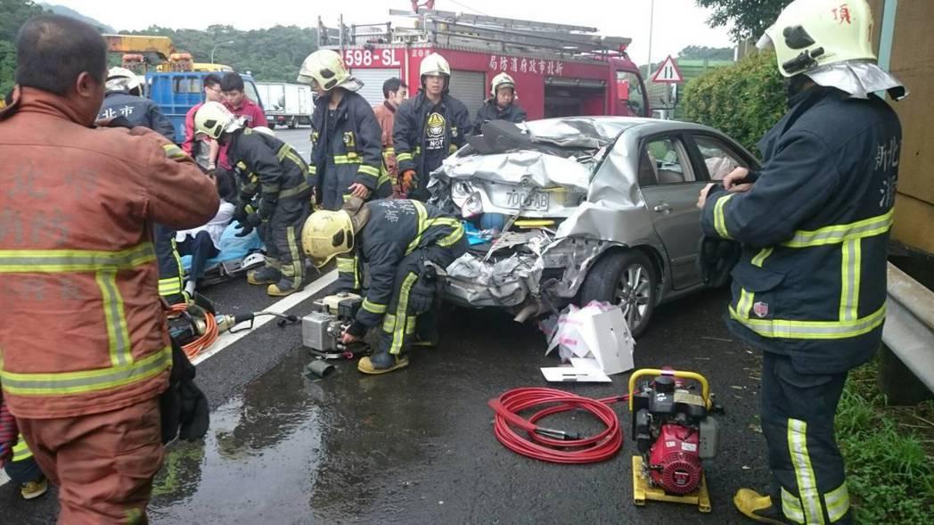 國三土城南下路段今天上午8時許發生3車連環車禍3人送醫。記者王長鼎/翻攝