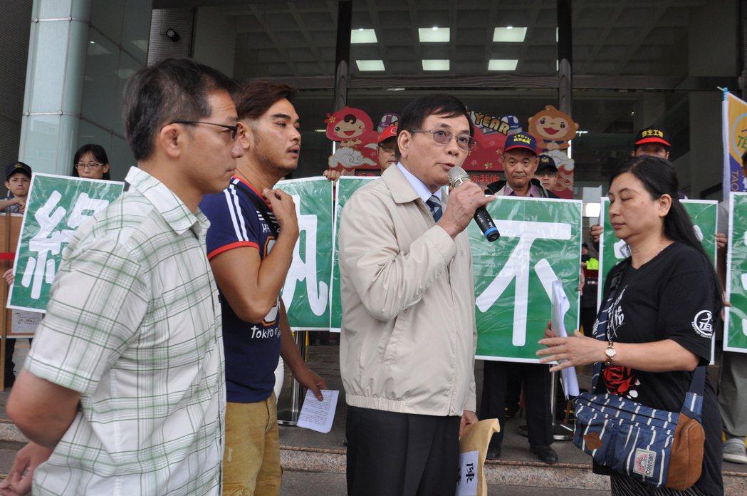 市長辦公室主任陳坤榮(右二)出面接受陳情,他說,若該校長有差勤不合理,會請相關單...