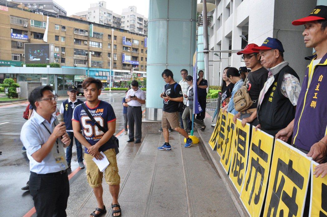 教育局主任秘書賴銀奎(左一)說明,該校長三度請公假出席會議,確實有至勞動部,但在...