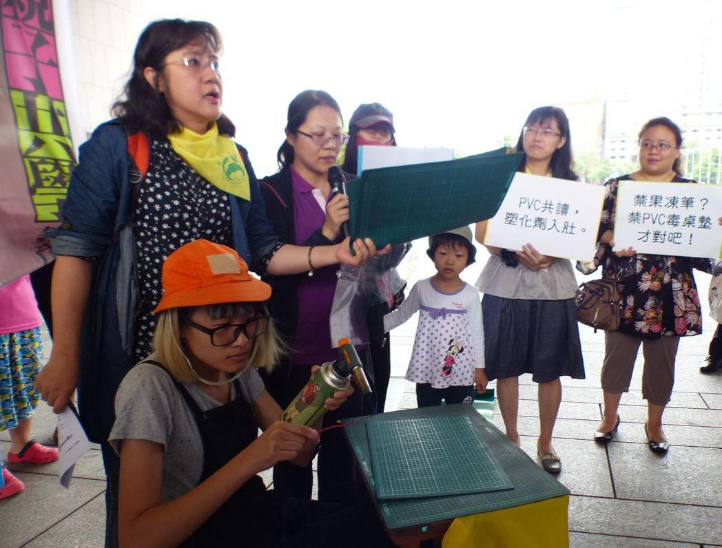 主婦聯盟環境保護基金會台中分會等公民團體,今天在台中市政府前廣場,訴求市府及學校...