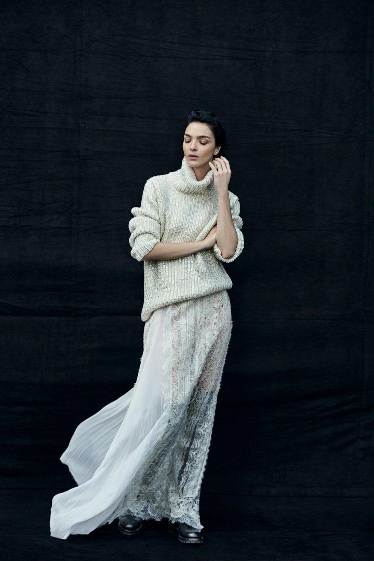 瑪莉亞卡拉.波高諾的肢體語言傳達了服裝的細緻工藝。圖/ERMANNO SCERV...