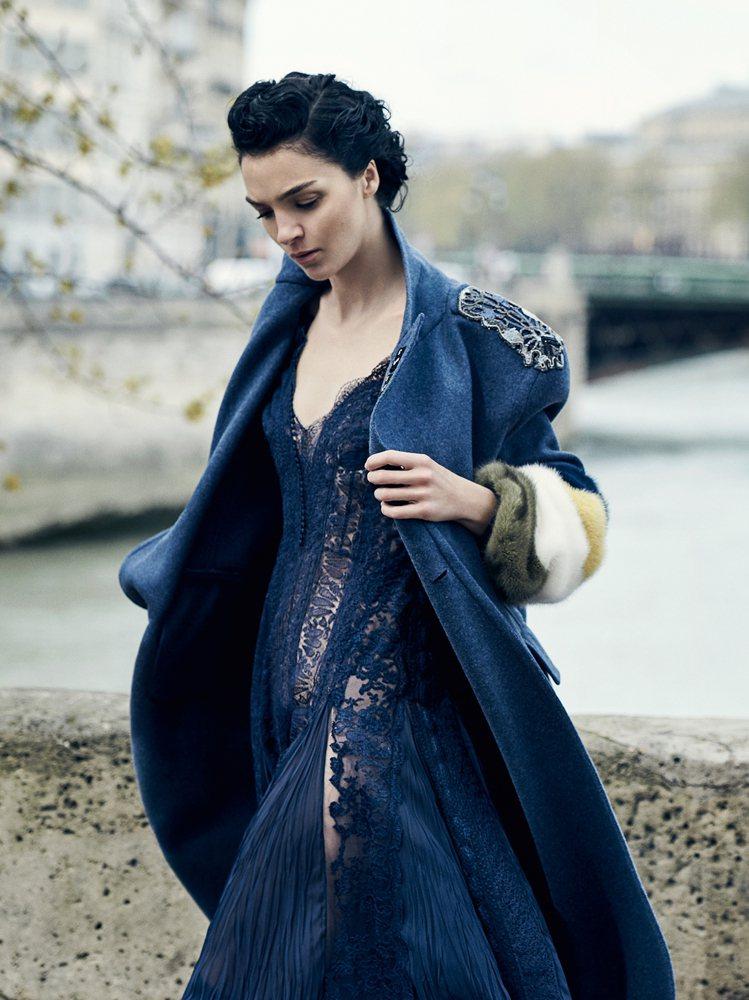 華麗的刺繡、皮草拼接外套,展現ERMANNO SCERVINO精湛工藝。圖/ER...