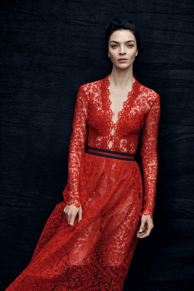 刺繡洋裝搭襯運動風腰帶,展現瑪莉亞卡拉‧波高諾的優雅身段。圖/ERMANNO S...