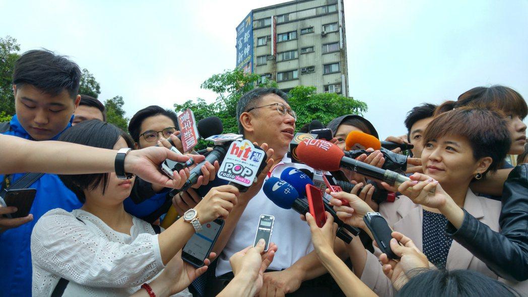 台北市長柯文哲今天到萬華龍山寺參加減爐儀式後受訪。記者翁浩然/攝影