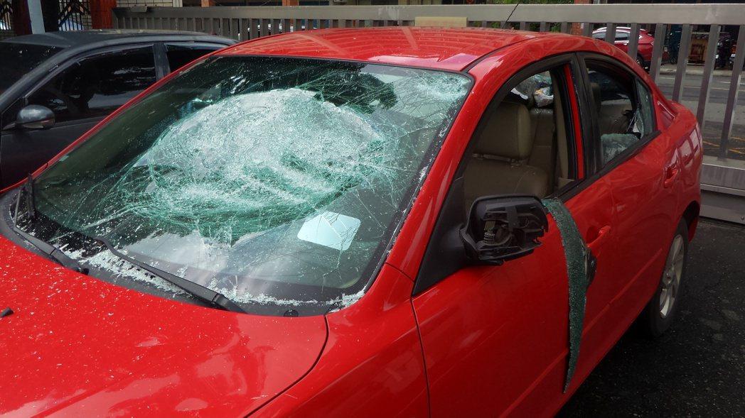 莊姓男子的前擋風玻璃被砸毀,他稱不知道有人開槍。記者林保光/攝影