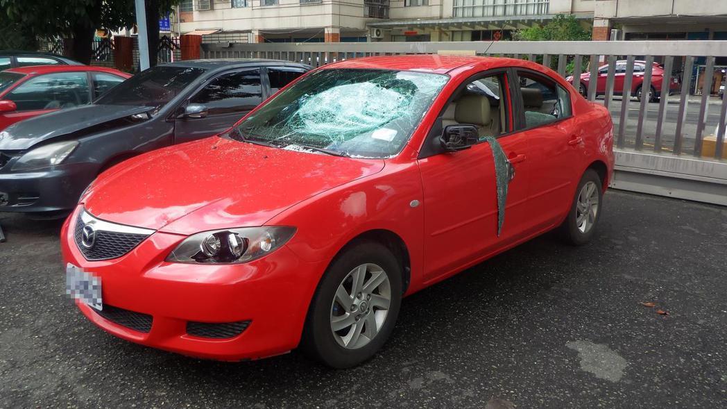 莊姓男子開的紅色轎車被多名男子砸毀所有車窗。記者林保光/攝影