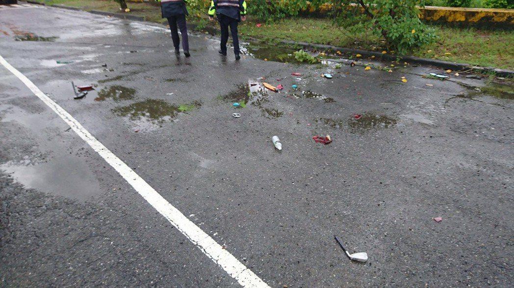 楠梓援中路發生砸車事故,警方在路旁發現彈殼,懷疑有人開槍。圖/記者林保光翻攝