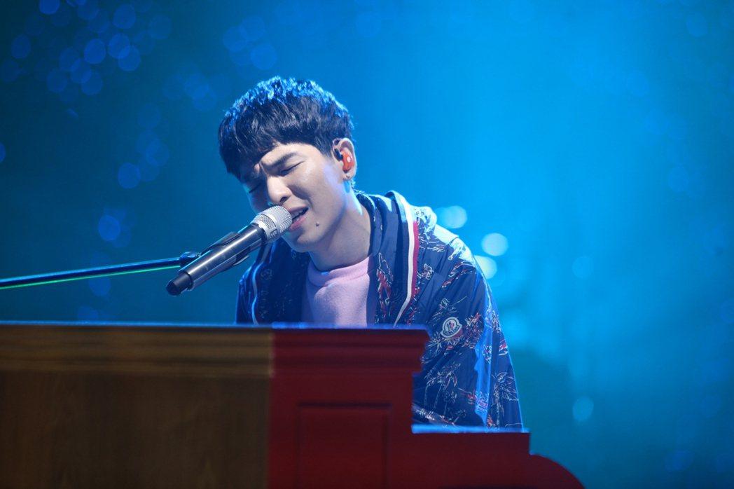 蕭敬騰穿手繪系列薄外套出席湖南衛視節目「歌手」。圖/MONCLER提供
