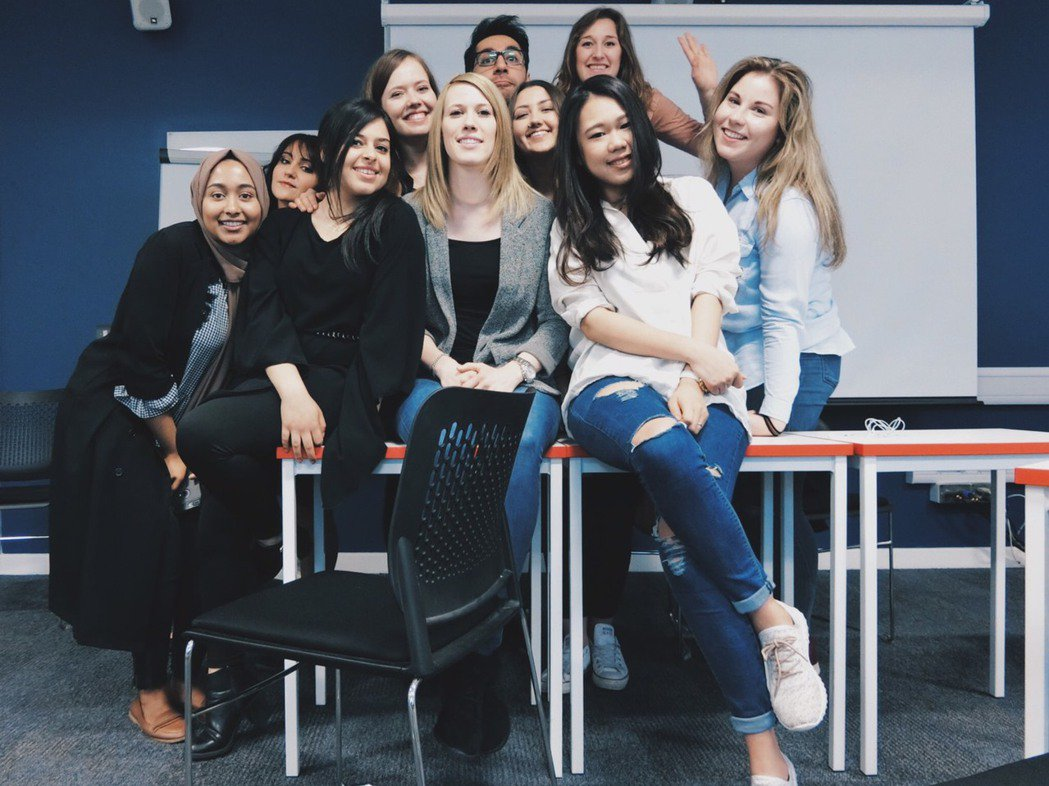 陳佑宣(前排右一)到英國密德薩斯大學修雙聯學位。圖/弘光科大提供