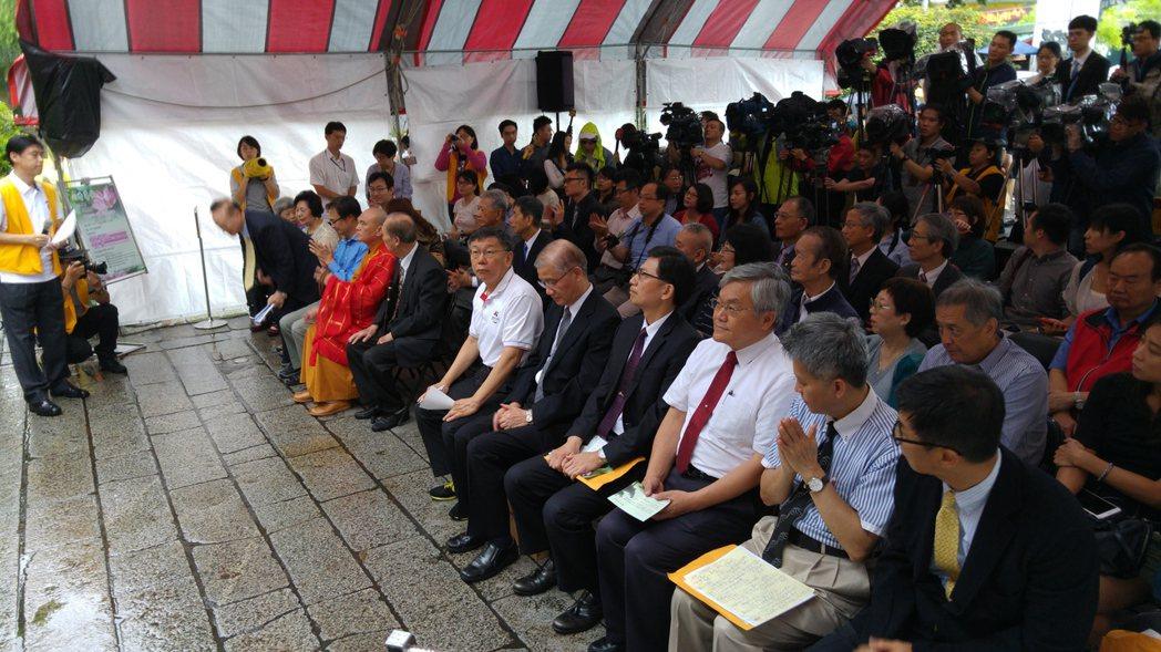 台北市長柯文哲今早出席龍山寺減爐儀式後受訪,有關環保署長薪資所得有一半是「主管加...