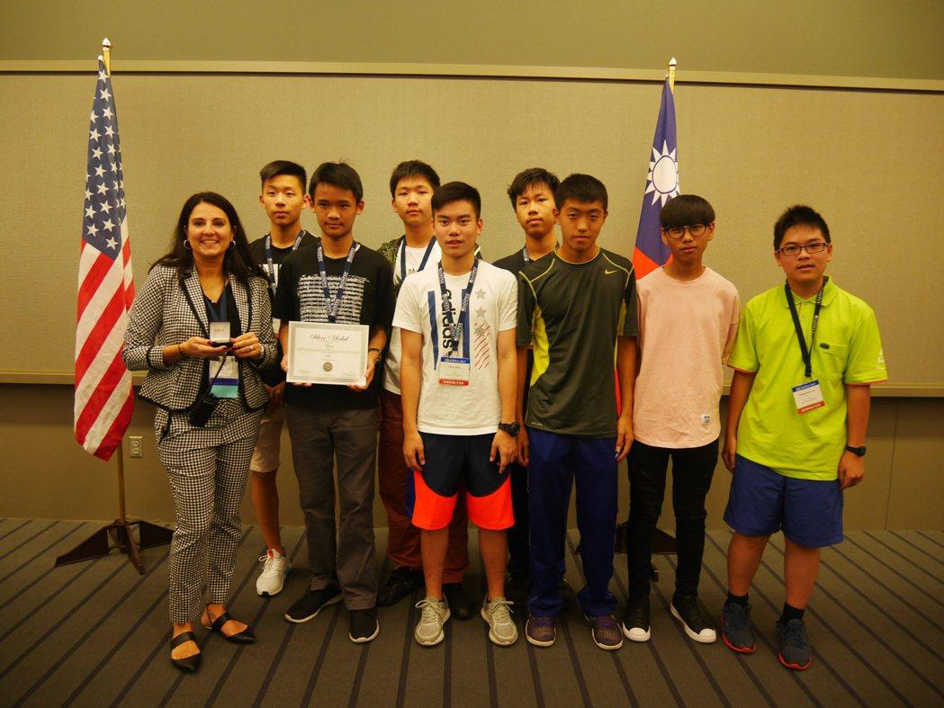 新北市光仁中學「VR室內腳踏車」拿下青少年特別獎。圖/台灣發明協會提供