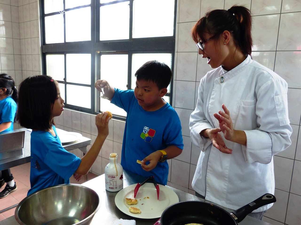 大葉大學學生教小朋友如何利用米糊製作銅鑼燒。記者凌筠婷/攝影