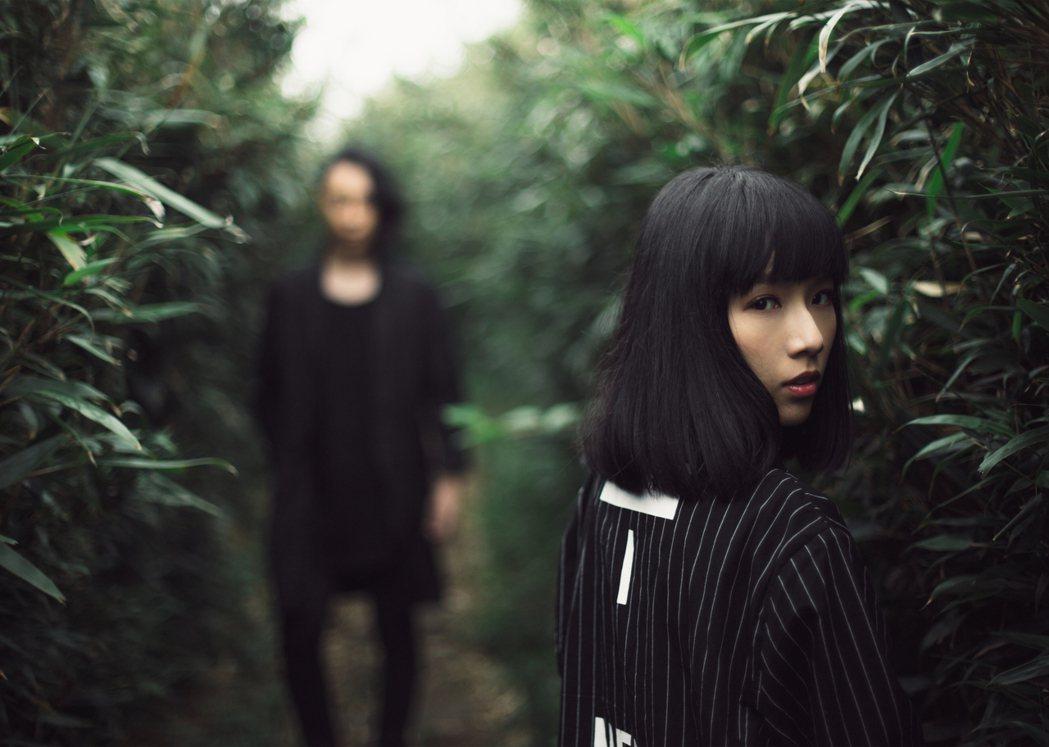 原子邦妮最新創作「年少的憂愁」,MV在文青景點取景。圖/滾石提供