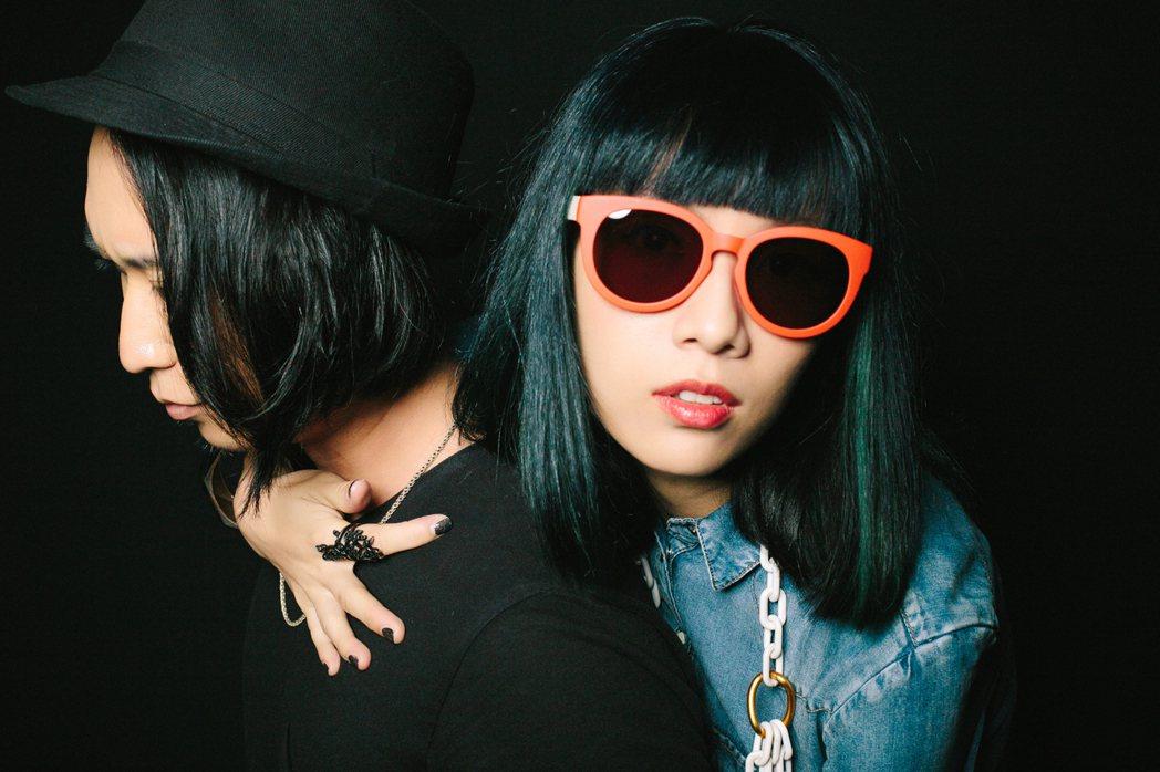 原子邦妮推出最新創作「年少的憂愁」,MV在文青景點取景。圖/滾石提供