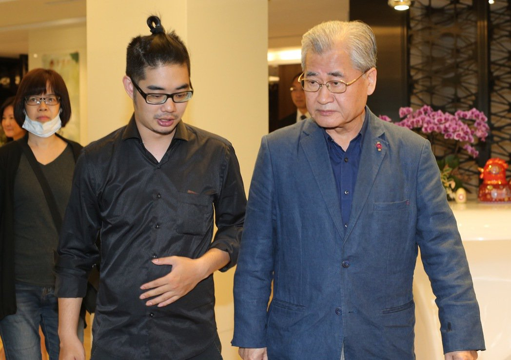 看見台灣記錄片導演齊柏林舉辦頭七法會,前來悼念的前行政院長毛治國(右)在齊柏林之...
