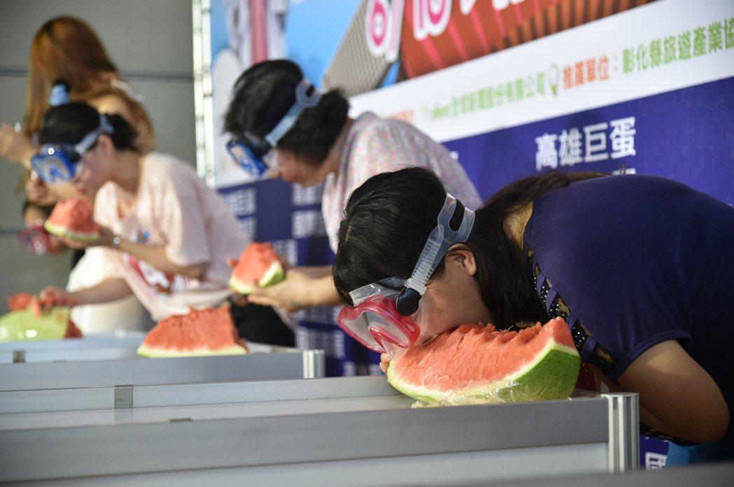 「我愛長灘島夏日蛙王搶灘大作戰」 活動,參賽者先吃一大片西瓜,再穿著潛水裝備,將...