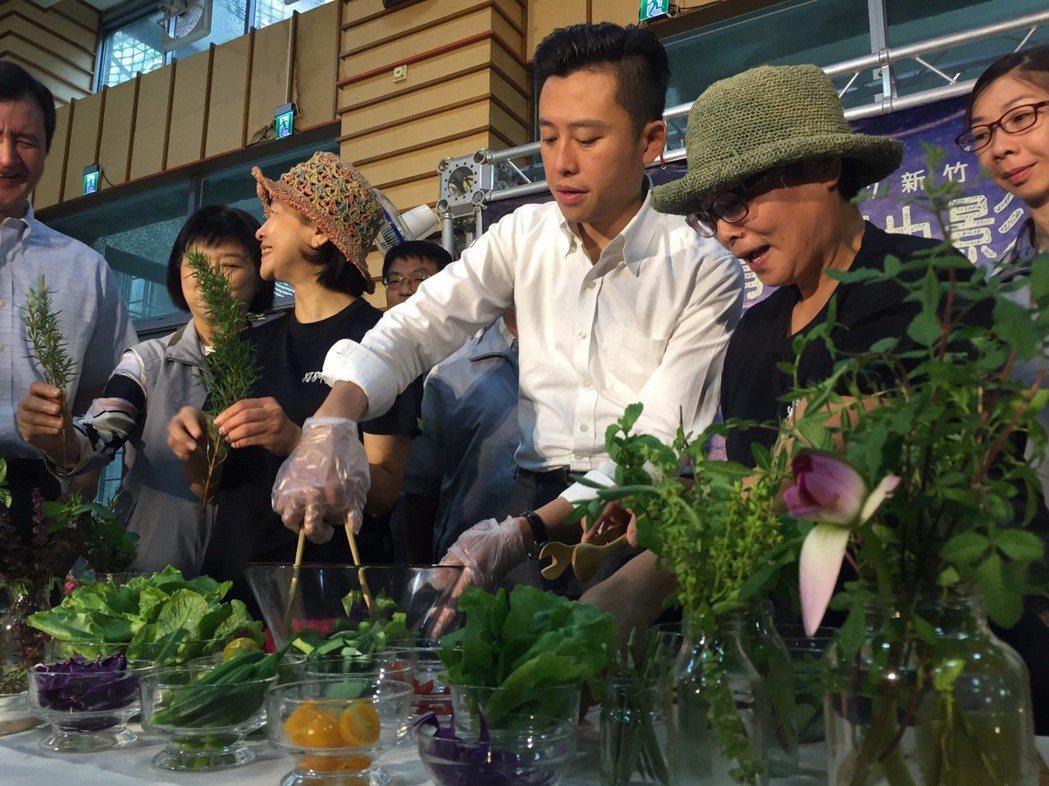 新竹市長林智堅(右3)變身型男主廚,他以食物森林的食材,親手製作有機香草蔬果飲和...