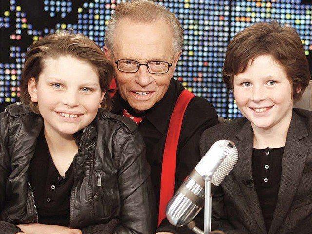 賴瑞金曾帶著兩個兒子錢斯(左)、坎農錄製最後一集的「賴瑞金現場」。圖/路透資料照...