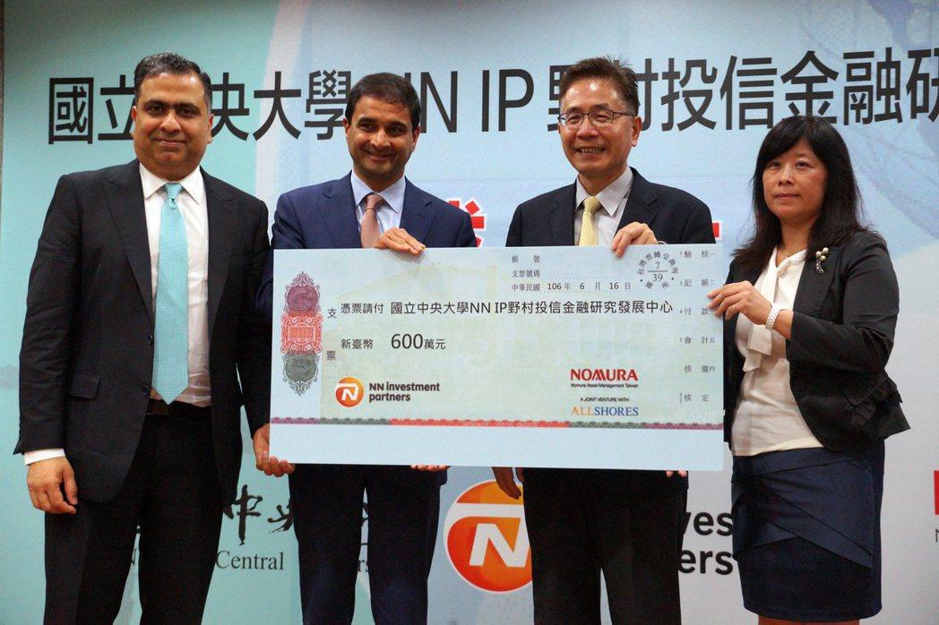 NN投資夥伴於今年起持續3年,每年捐贈新台幣200萬元予中央大學資助發展中心,由...