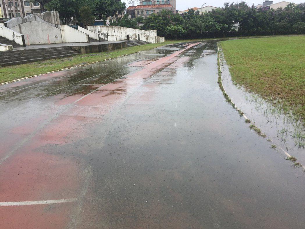 南投市營北國中運動場破損多年,一下雨更嚴重積水如同小水池。圖/報系資料照