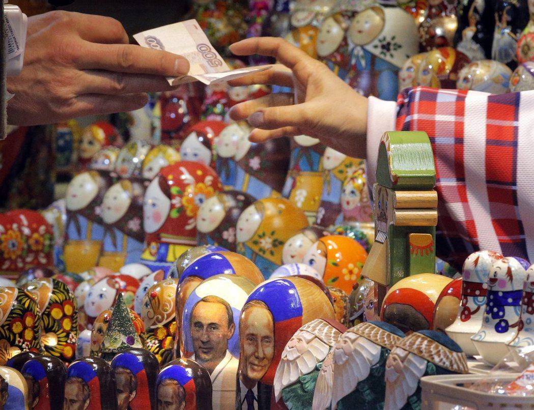 俄羅斯央行宣布今年來的第三度降息,但降息幅度比前兩次小,盧布不跌反漲。(歐新社)