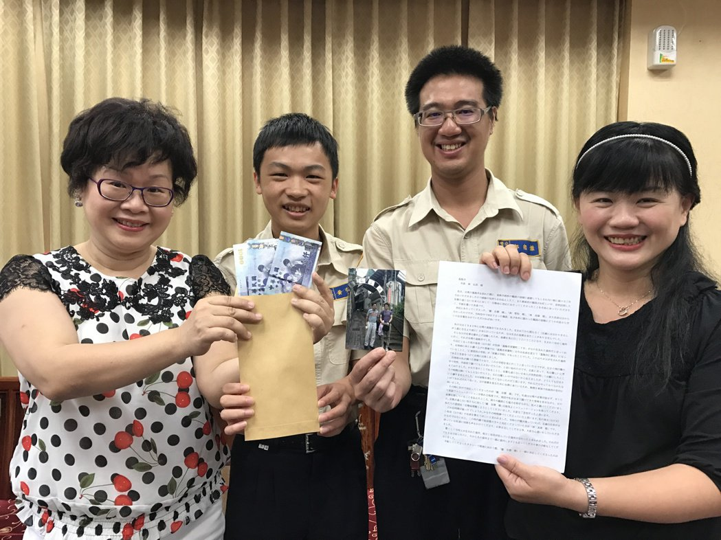 渡邊格寄了感謝信和3千元台幣到基隆市政府,林其璋(左)、鄭自傑(右2)、洪雪怡助...