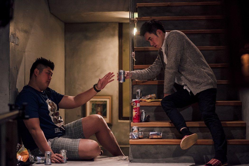 張書豪(右)、哈孝遠拍「酸甜之味」戲裡酒後吐真言。圖/TVBS提供