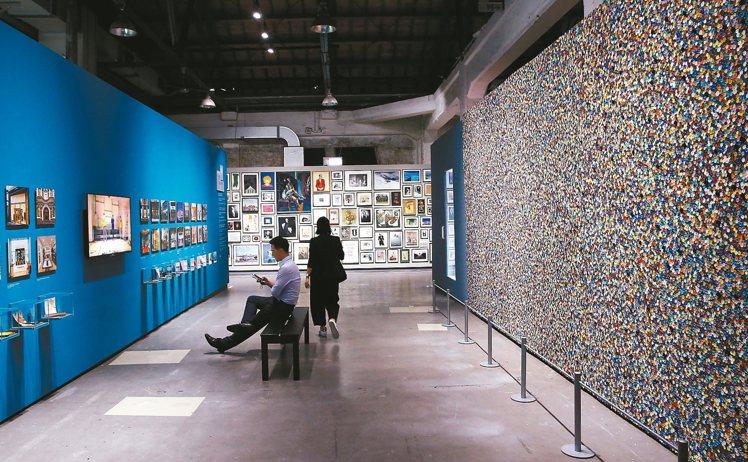 PAUL SMITH世界巡迴特展,運用了7萬顆顏色各異的鈕扣組合成,6米長3米寬...