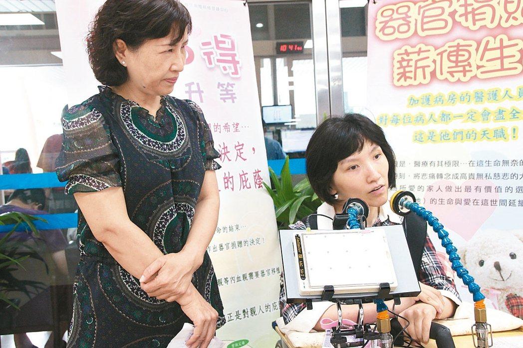 密碼女孩莊馥華的母親邱梅珍(左)陪伴女兒出席各項公開場合。 記者林敬家/ 攝影