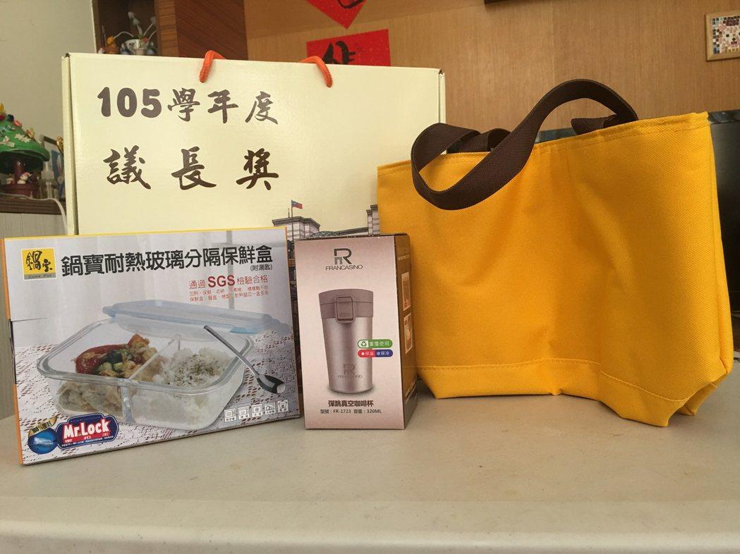 畢業典禮禮物爭議多,台南市議長獎送保鮮盒杯組合,也有人認為送禮對象是學生不是很適...