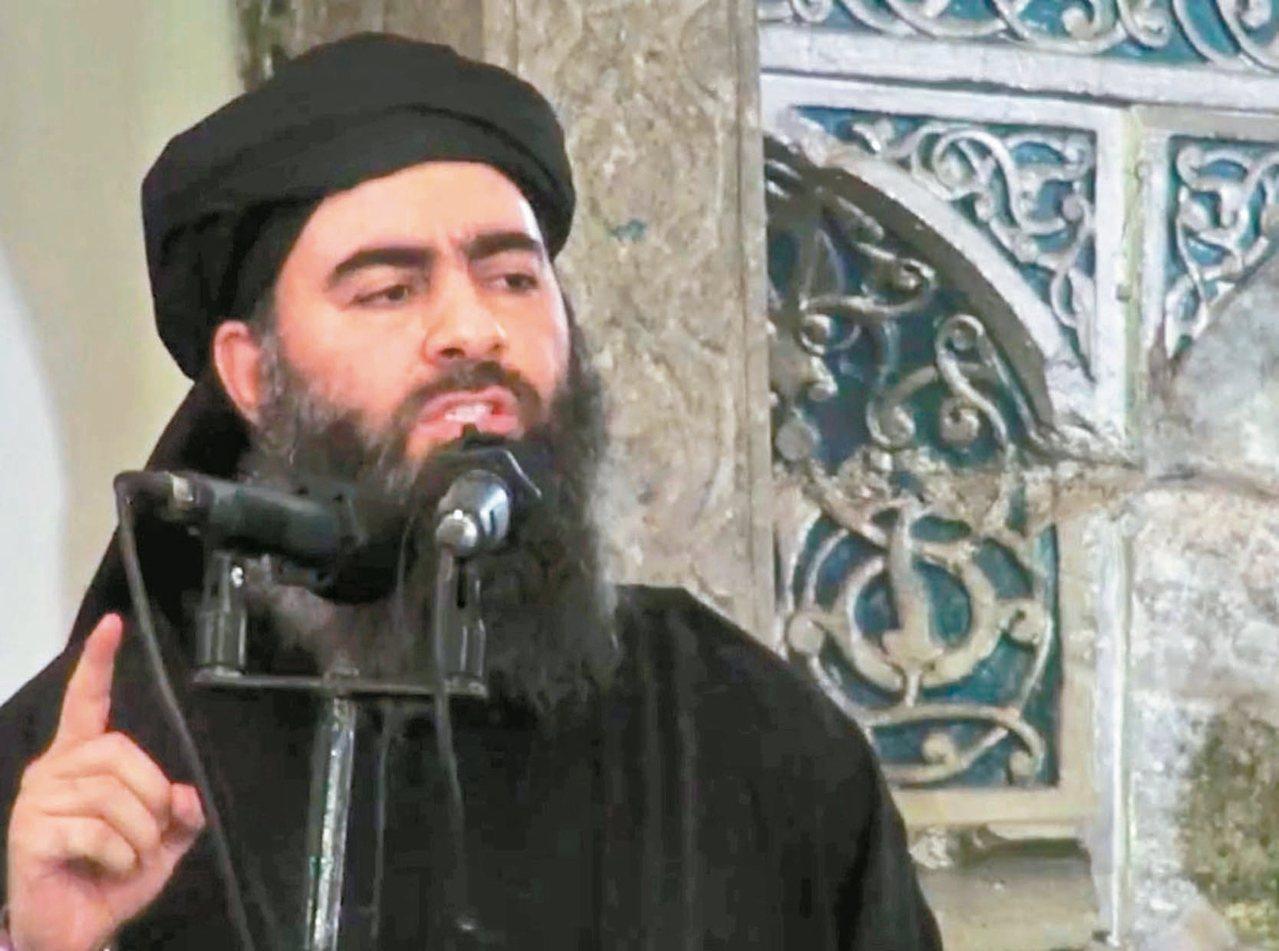 IS首腦巴格達迪在二○一四年七月五日發布的影片中,現身摩蘇爾的清真寺講道,這是他...