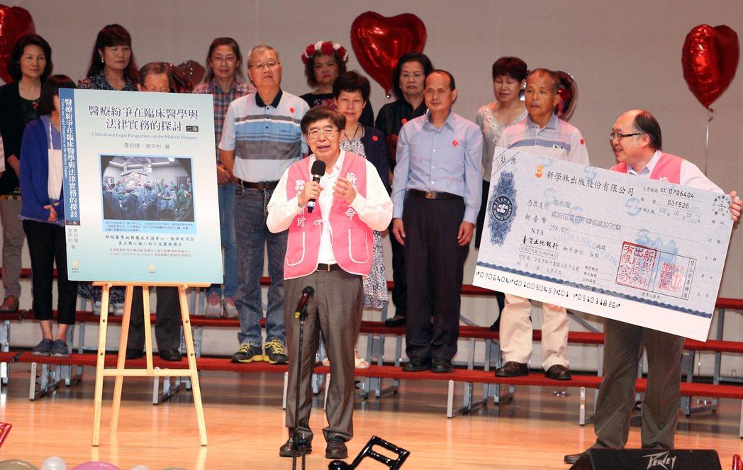 器官捐贈移植登錄中心董事長李伯璋(中)指出,捐贈器官的成長速度遠少於組織,他拋磚...