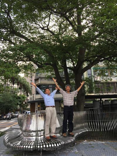 陳林金(左)感嘆師父無緣一起欣賞現在花海的美景,但他相信陳文望的精神依舊寄託在這...