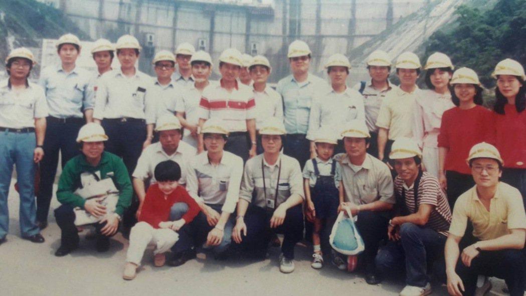 民國73年左右,由輸工處六段段長蔡豐隆帶台電員工去翡翠水庫參觀,前排蹲著右二為陳...
