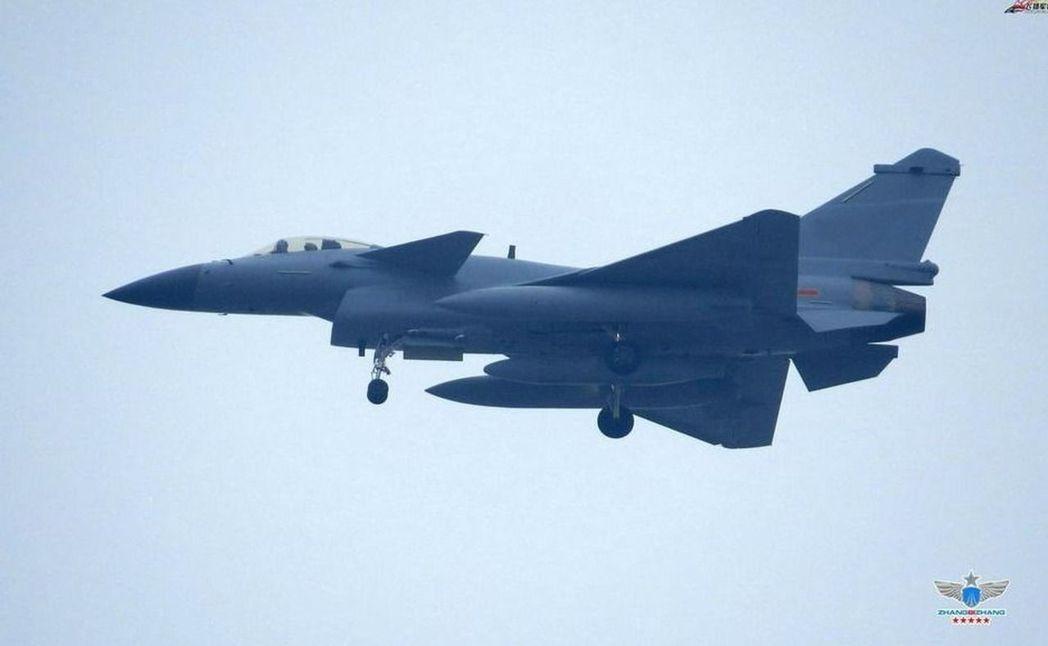中國一些民間軍事網站近日張貼了解放軍殲10C在空中受油的照片,有報分析,殲10C...