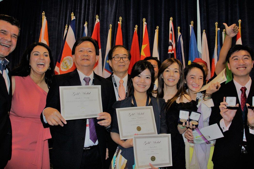 台灣為得獎率最高的團體,圖為部分金牌得主合影。(記者張瓊月/攝影)