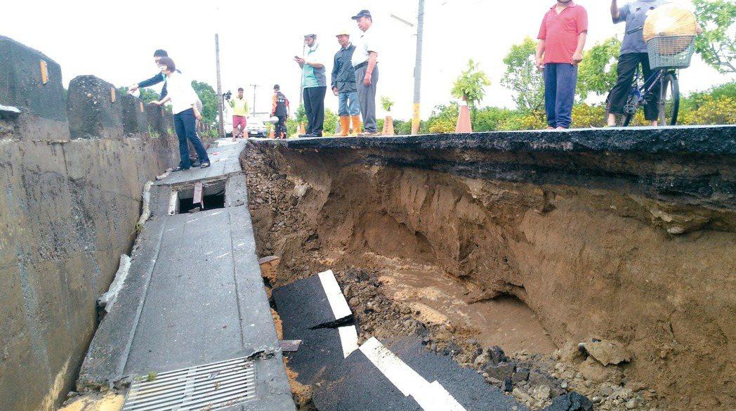 彰化縣八卦山下的花壇鄉中庄村道路坍方。 記者簡慧珍/攝影