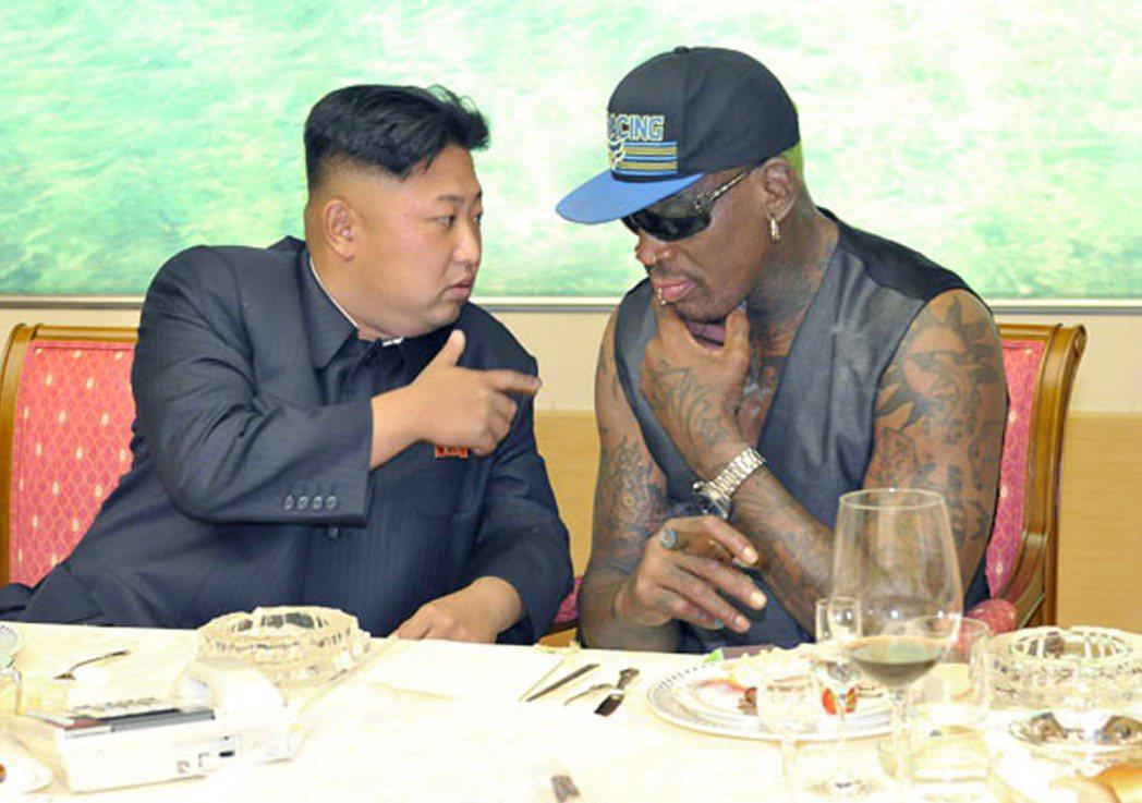 羅德曼在2013年9月跟金正恩共進晚宴,席間仔細聆聽金正恩說話。 (美聯社)