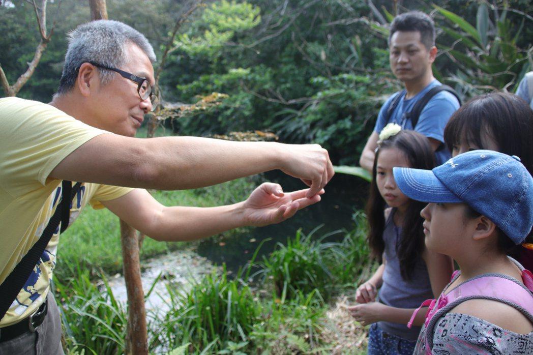 王德昌(左)親自向遊客導覽,詳細介紹農場內的豐富生態。 記者曾健祐/攝影