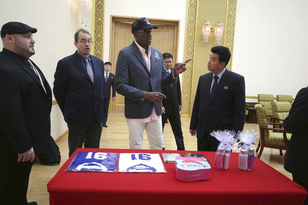 羅德曼15日贈送北韓體育部長(右)禮物,除了親筆簽名的球衣外,竟然還包括川普總統...