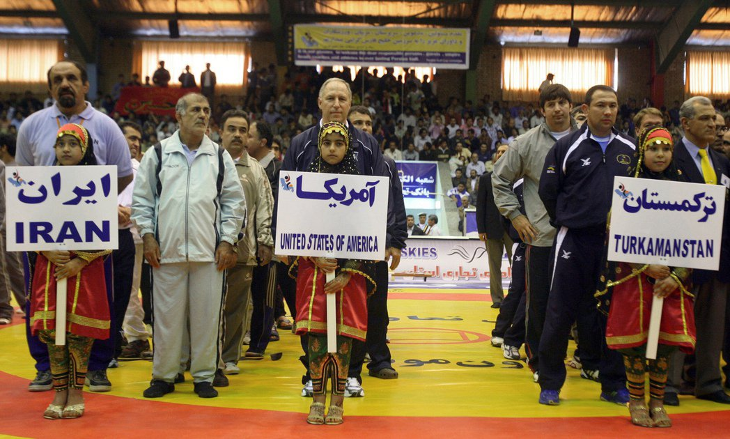 2007年塔赫季盃開幕典禮時,美國摔角隊與地主國伊朗並排而站的畫面。 (法新社)