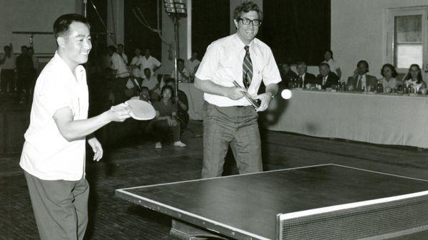 當年美中「乒乓外交」高峰期,美方官員索樂文與中國桌球國手莊則棟搭檔雙打。 圖/取...