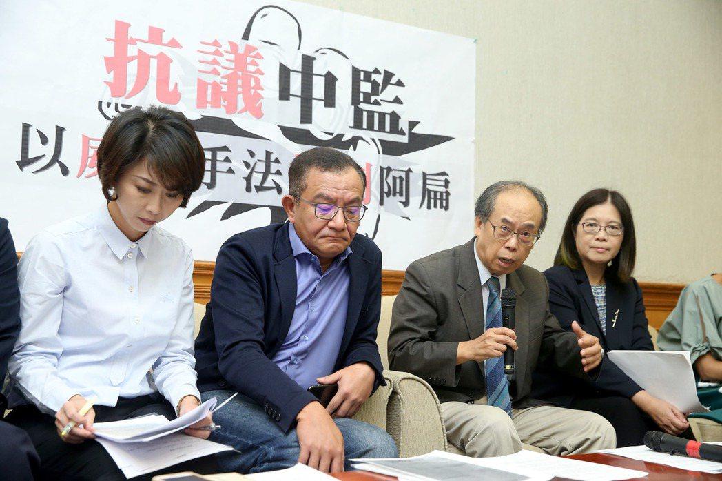 民進黨立委陳亭妃(左一)、高志鵬(左二)、管碧玲(右一)等人不滿中監要求增加阿扁...